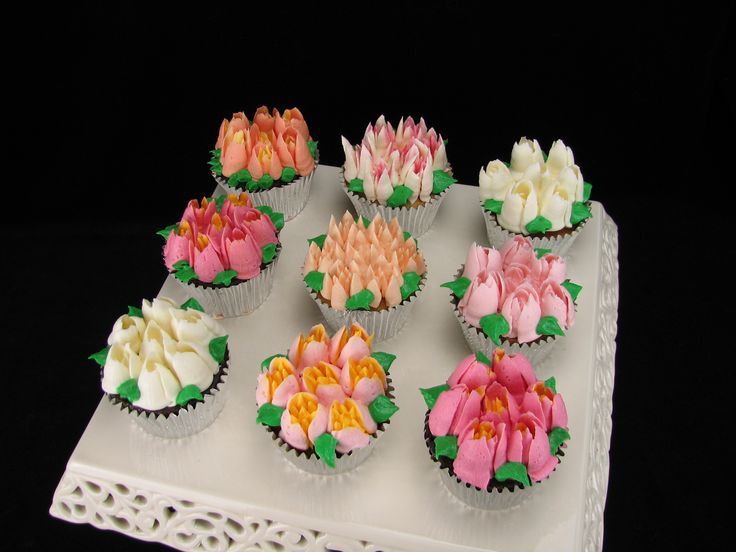 I made these pretty floral cupcakes for my beautiful Mum for her birthday today. I used chocolate ganache frosting on chocolate and vanilla cupcakes. I have been dying to try my new Russian piping tips and thought this was a great opportunity to show off what they can do.
