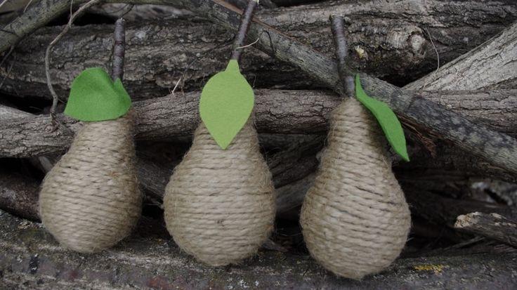Hrušky ze žárovek - Vytvořte si jednoduše nápaditou podzimní dekoraci, standardní žárovku jsme obalili provázkem a doplnili lístkem z plsti, obdobným způsobem můžeme vytvořit i další ovoce, třeba jablka použitím polystyrenové koule.  ( DIY, Hobby, Crafts, Homemade, Handmade, Creative, Ideas)