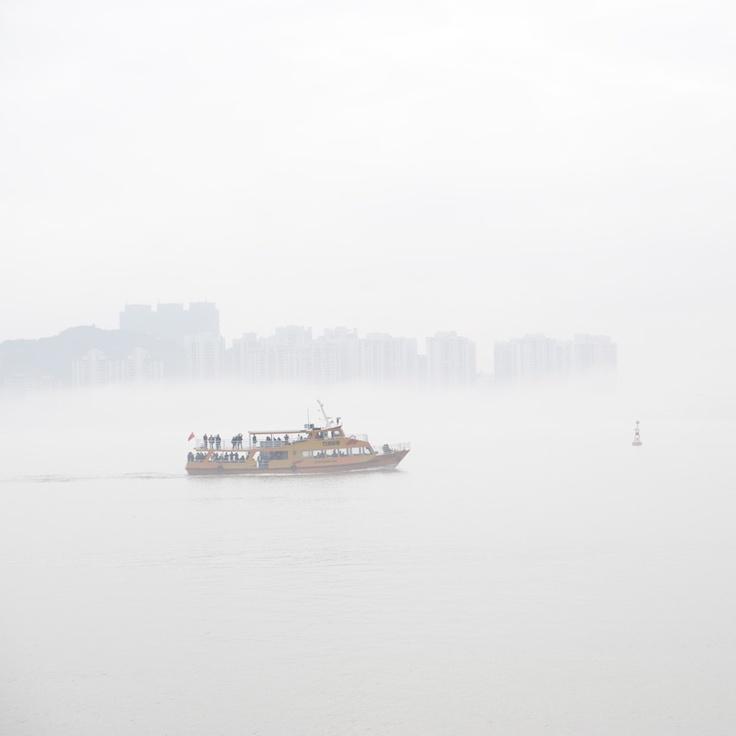 マカオタワーの下から霧にけむるコタイを望む