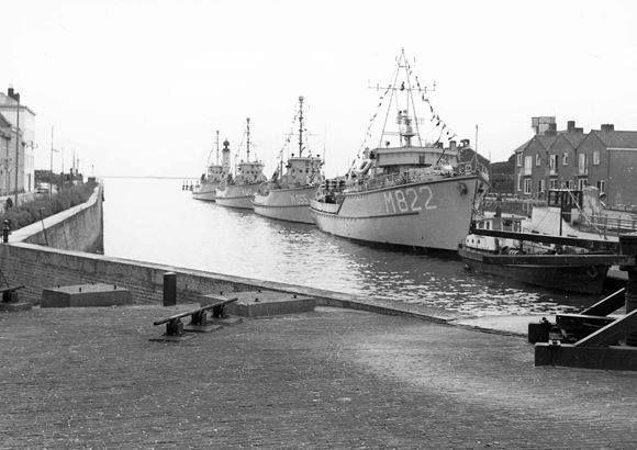 In 1959 werd Hellevoetsluis wederom in dienst gesteld als Marinehaven t.b.v. mijnenvegers. Helemaal rechts voor de mijnenvegers de bunkerboot van Willem de Ruiter, deze ligt afgemeerd langszij de rondvaartboot van Den Herder.