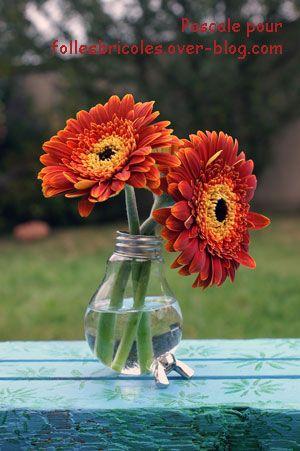 Vase 100% Récup A small vase made from a worn-out bulb and from a wing nut. Pour réaliser ce soliflore, il faut : Une ampoule usagée, Un écrou à oreilles (ou écrou papillon), Une colle bi-composant transparente. Avec une petite scie, couper le culot de...