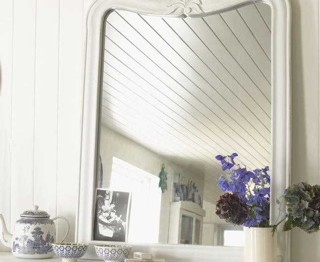 The gorgeous smooth curve and carve of the Artie mirror coupled with the heritage off-white colour gives a pleasing vintage feel.