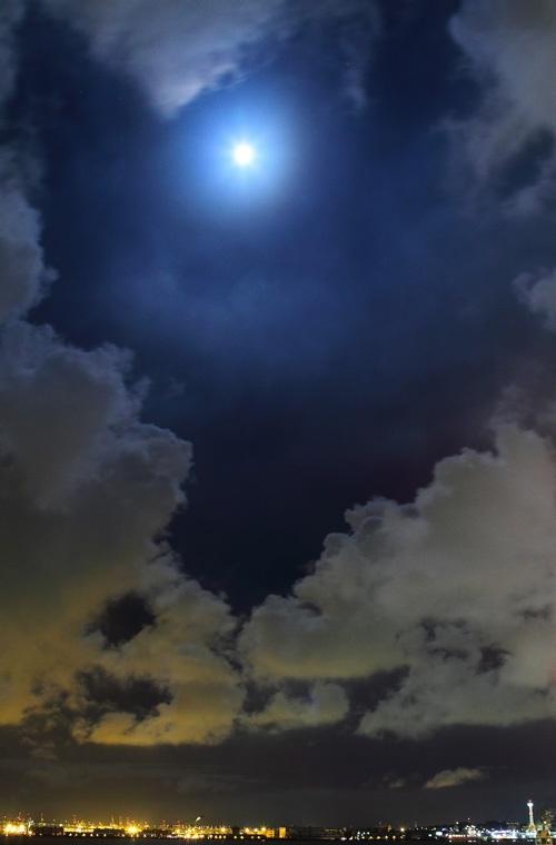 眩しい満月と横浜の夜景  / Free Stock Photos