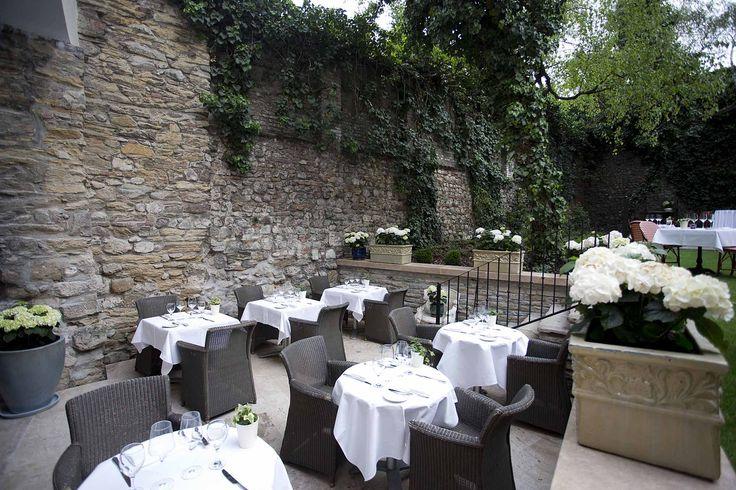 Pierrot http://pierrot.hu/ | Külső fotó #budapest #restaurant #pierrot #design #outdoorfurniture #restaurantdesign #chair #dining #table #flowers