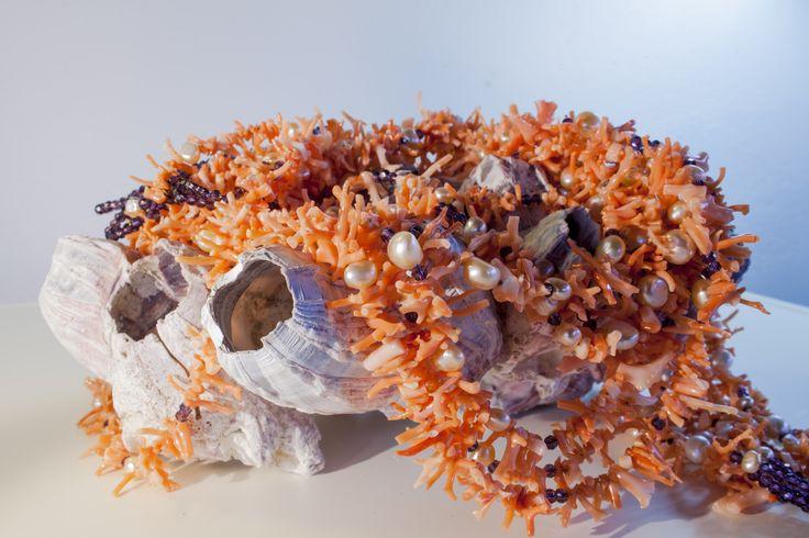 CO047 Collana 8 fili, frange di corallo, perle e swarovski viola