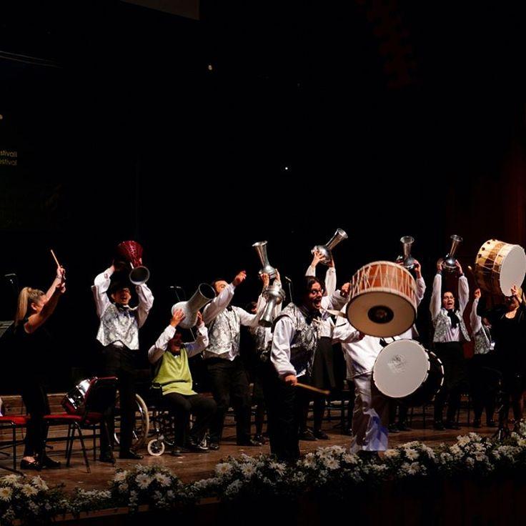 Türkiye'nin Koroları Mersin'i Güzelleştirdi 16. Mersin Müzik Festivali (MUMF) kapsamında gerçekleştirilen 18. Nevit Kodallı Korolor Şenliği görkemli bir kapanış konseriyle sona erdi. 16. Mersin Uluslararası Müzik Festivali, 18. Nevit Kodallı Korolar Şenliği'ne ev sahipliği yaparak Türkiye'nin dört bir yanından gelen koroları sanatseverlerle buluşturdu. İkisi Açıkhava konseri olmak üzere 12-13 Mayıs tarihlerinde gerçekleştirilen Korolar Şenliği, anılan tarihlerde 14.00-20.00 saatleri arasında…
