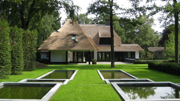 Luxe rietgedekte villa bouwen te romantisch kleuren mooi wit riet zwart eventueel hout of steen