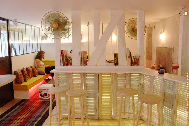 Paris, 30 rue René Boulanger, le Lavomatic. Une laverie qui cache à l'étage un appartement-bar des plus originaux avec balançoires, couleurs pop et cocktails de rigueur ! bar lavomatic paris bar caché speakeasy cocktail secret laverie république