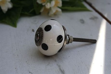 Knopp vit med svarta prickar
