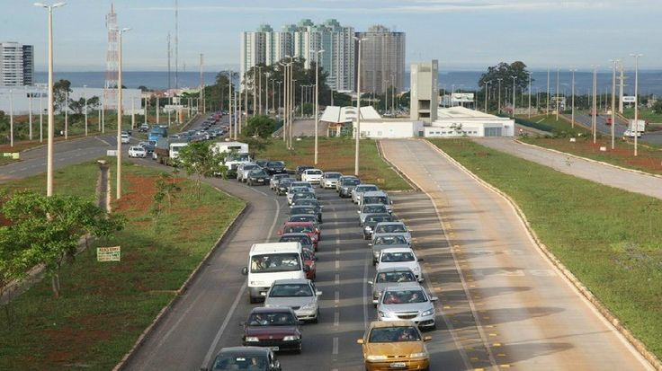 | Sem transporte público eficiente, trânsito do DF piora e se aproxima do caos |  O imenso número de carros, ônibus e motocicletas provoca transtorno no trânsito do DF, principalmente nos horários de pico. Além disso, a população ainda enfrenta constantes greves de rodoviários, entre outros problemas. Confira: http://goo.gl/iKc0pk
