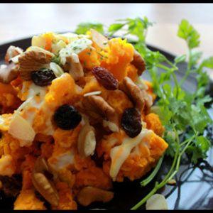 Pumpkin salad with roasted nuts & raisin ・カボチャ 1/4個 ・レーズン 10g ・くるみ   10g ・スライスアーモンド 適量 ・マヨネーズ 大さじ2 ・ハチミツ 大さじ1 ①カボチャは一口大に切って、電子レンジで3~4分やわらかくなるまで加熱する。 ②カボチャの皮をとり、スプーンの背で荒めに潰す。 ③アーモンドとくるみをオーブンで数分ローストしておく。 ④②にレーズン・クルミ・マヨネーズを混ぜ合わせ、アーモンドとハチミツをかけて出来上がり!