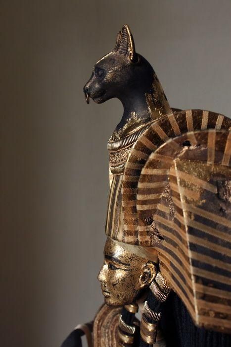 Bastet, fue una diosa solar hasta la identificación de los griegos con su diosa lunar, Artemisa.