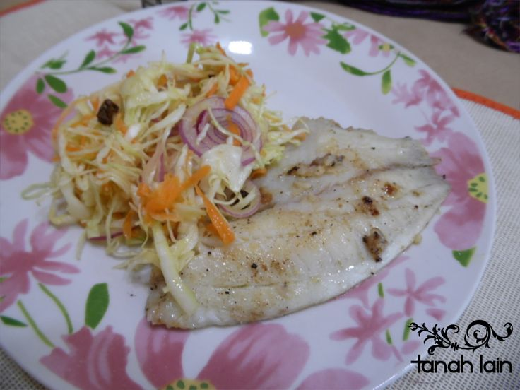 Receta de filete de pescado al mojo de ajo y ensalada de col