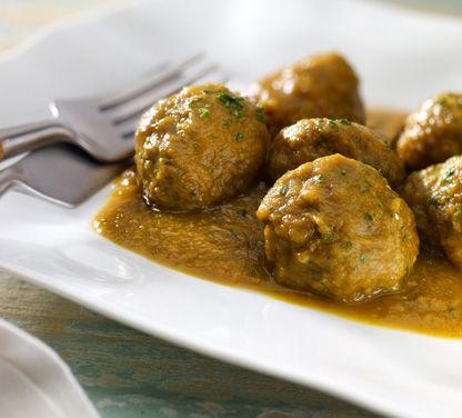 Para la masa de albóndigas, 325 g. de carne ternera (aguja) 125 g. de magro cerdo ibérico 90 g. de cebolleta picada 20 g. de aceite oliva virgen 20 g. de yema de huevo 50 g. de huevo entero 1 g. de…
