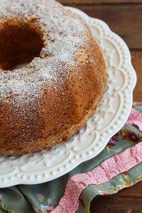 O bolo de farinha de arroz com sementes de chia tem uma textura fofa porque é feito com iogurte, e é perfumado por essência de baunilha e amêndoa.