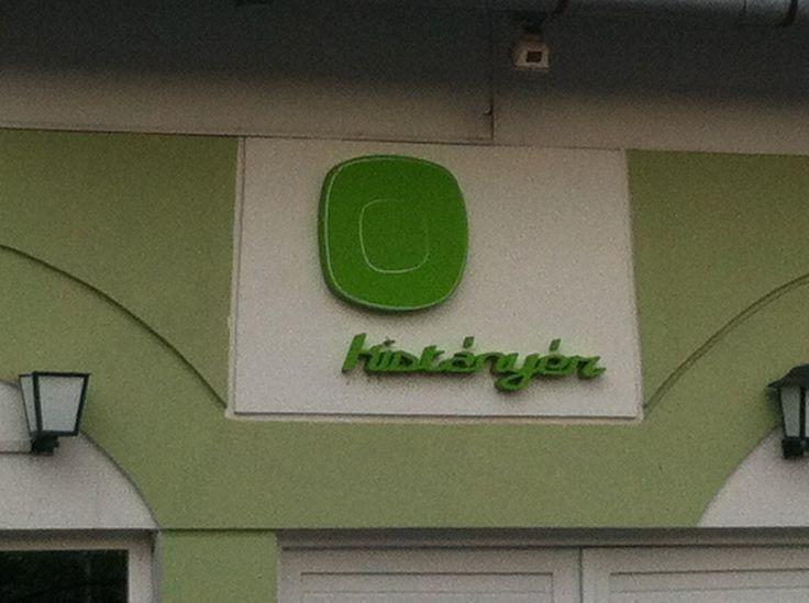 A logo a bejáratnál