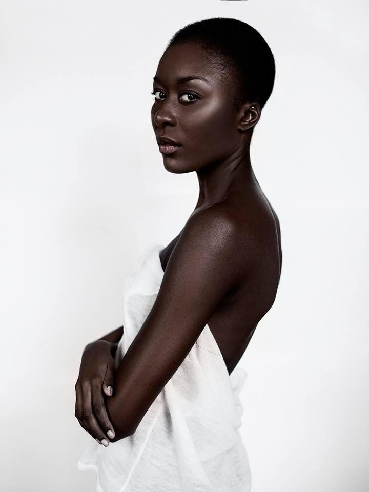 Modèle Gladys Mayanda | Photographe Dariane Sanche #Darkskin #soft #light #Editorial #white #blackandwhite #beauty