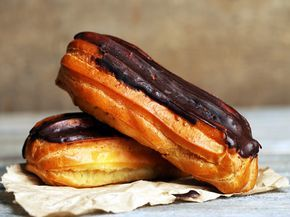 Con esta receta de eclairs de chocolate vas a convertirte en toda una repostera. Lo mejor de este dulce es que puedes rellenarlo de aquello que más te guste. Se pueden rellenar de crema pastelera, nata, nata con fresas, solo chocolate, chocolate y frutos secos. Hasta se pueden hacer unos...