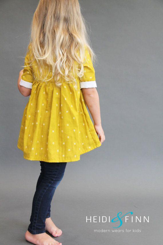 Quel plaisir d'une tunique pour votre petite fille! Ce modèle est pour le Pumpkin Spice tunique et robe  La citrouille aux épices tunique et la robe est une blouse froncée simple, pourtant moderne. Avec de multiples options de manche et longueur tunique ou robe, les combinaisons sur ce que vous pouvez créer est sans fin.  Un corsage ajusté doublé donne cette blouse un style épuré, et une jupe froncée doucement le rend très confortable.  La patte de boutonnage cachée peut être fermée avec…