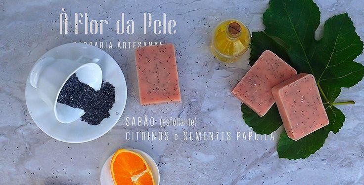 SABÃO CITRINOS e SEMENTES DE PAPOILA (esfoliante) - À Flor da Pele - Saboaria Artesanal Azeite, água, óleo de palma, óleo de coco, hidróxido de sódio, óleo de rícino, manteiga de karité, corante cosmético rosa, sementes de papoila e essência de laranja, limão e bergamota.