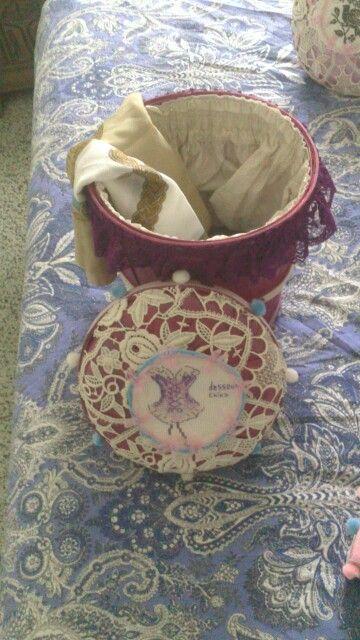 Boite a foulards (a partir d'une boite a beurre peinte et habillee de dentelles et de tissus)