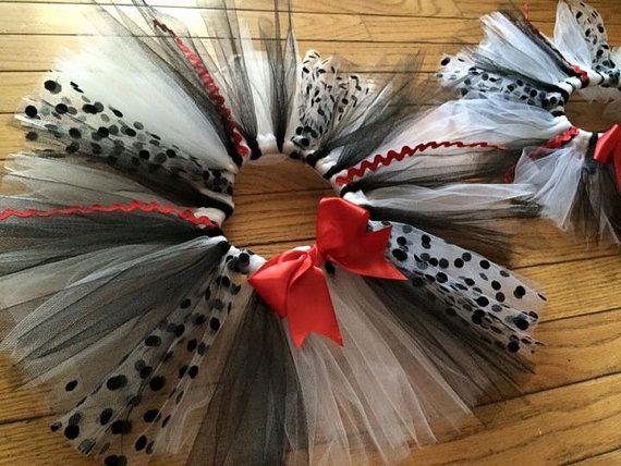 Diese Tutus sind absolut liebenswert und komplettes alle dalmatinischen Kostüm oder outfit perfekt.  Hergestellt aus schwarz, weiß und tupfen-Tüll. Wählen Sie den Farbe Bogen nach der Farbe Dalmatiner soll.  Ich kann hinzufügen, ein Hemd, oder Sie können es eine komplette Kleid machen. Bitte Nachricht an mich für weitere Details.  Bitte hinterlassen Sie Kenntnis von Größe, an der Kasse