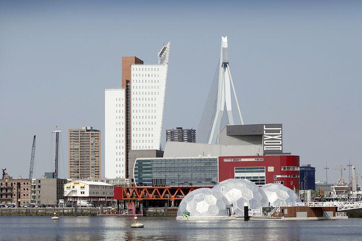 """#horrible_cities Le """"Pavillon flottant"""" installé dans le port de Rotterdam. Conçu par l'architecte de l'agence DeltaSync, Bart Roeffen. Il est mobile et abrite des expositions consacrées à l'architecture sur l'eau"""