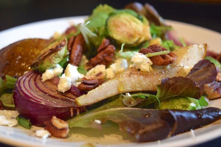 Maaltijdsalade met gekarameliseerde spruitjes en peer. Een heerlijk herfstig recept. #diner #lunch #recept