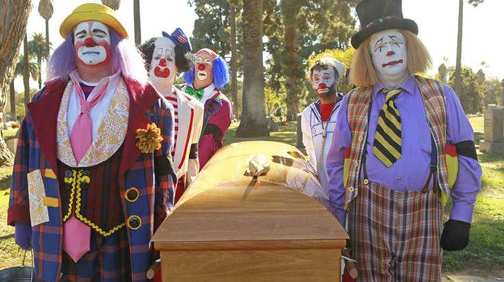 Come NON vestirsi e NON comportarsi a un funerale
