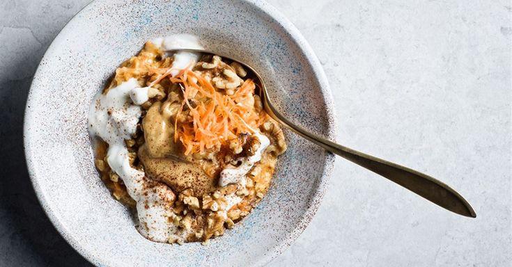 Gör en mättande och fiberrik frukostgröt med smak av morotskaka. Riven morot, kanel, kardemumma och ingefära ger gröten sin härliga kakkänsla.