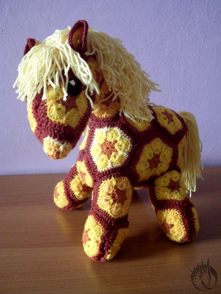 My first crochet horse (african flower) ... :)