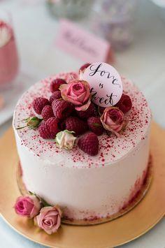 Ideen für die Candybar und Hochzeitstorte   Friedatheres.com  berry weddingcake  Fotos: Rebecca Conte Backwerke: Naschwerk & Co. Papeterie: 101living