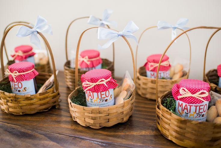Como lembrancinha de uma festa inspirada em bosques, os convidados levaram para casa uma cestinha com um frasco de geleia orgânica de frutas vermelhas e biscoitos amanteigados em formato de coração (Foto: Fernanda Fronchetti Photopoesia)