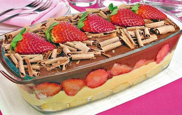 A Receita de Pavê Rápido de Morango e Chocolate é prática, deliciosa e tem uma bela apresentação. Basta você preparar um pudim de caixinha sabor baunilha e