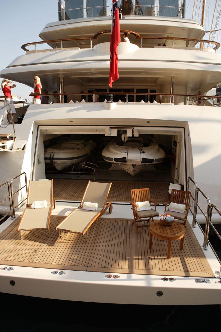 Peeking into the Yacht to find Pratesi!!!  #pratesi #pratesiluxurylinens #luxury #yacht #luxurylife #sea #elegance #embroidery #terry #madeinitaly #fashion #bedding