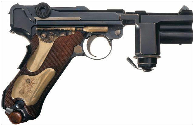 ヒトラーの夜間警護専用、銃身下にフラッシュライトを搭載したルガー・P08 - DNA
