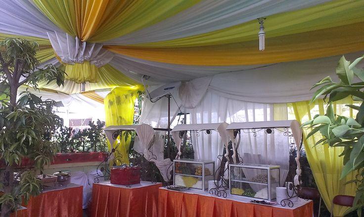 Tenda Dekor Warna Kuning dan Putih