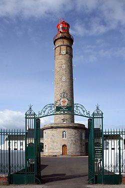 """Phare de Goulphar, Belle-Ile, Brittany. Construit sur les plans de Fresnel, il a été allumé fin 1835. La tour culmine à 52 m au dessus du sol, auxquels il faut rajouter les 40 m de la falaise. On l'appelle alors """"Le Grand Phare"""", ou """"Grand Phare de Kervilahouen"""". Sa portée est de 48 km. Il reçoit la premier optique lenticulaire jamais réalisée. Belle-ile, qui était déjà le meilleur point d'atterrage des cotes Ouest de la France pour les navires longs-courriers, devient incontournable."""