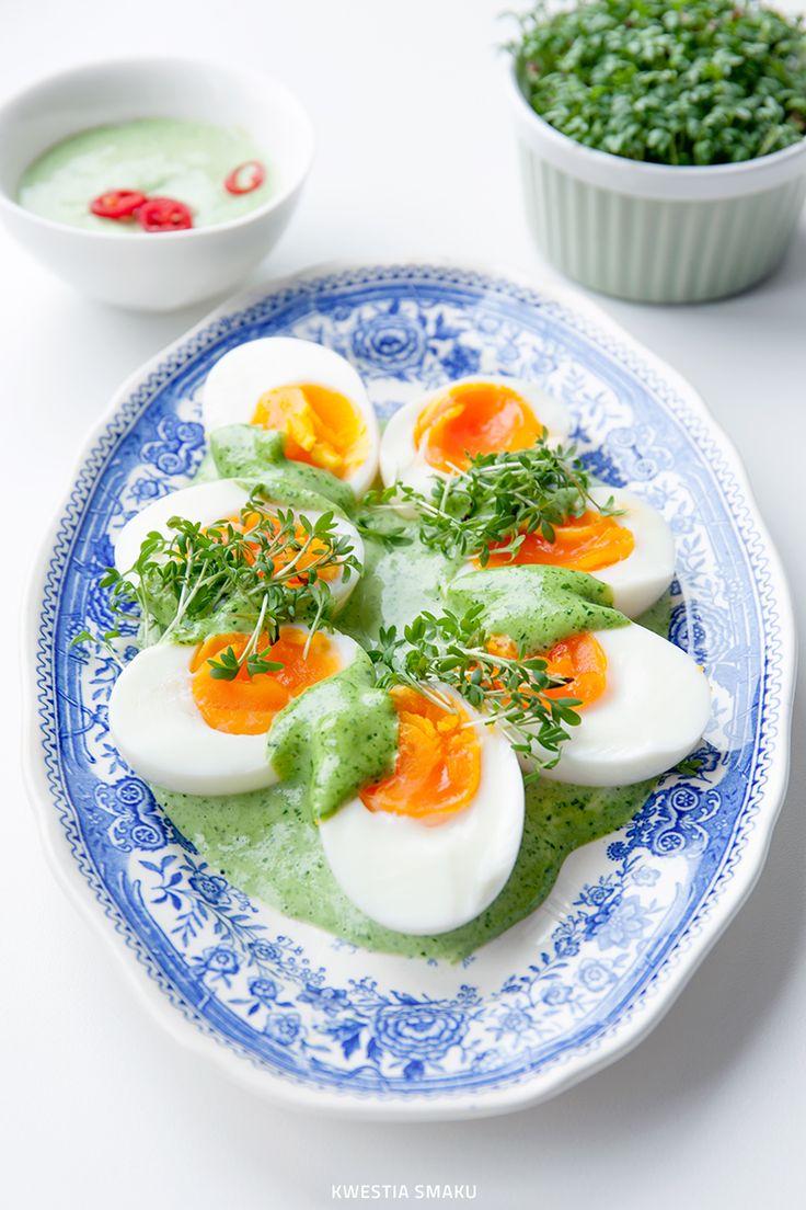 Jajka z sosem jogurtowo-ziołowym (bez majonezu)