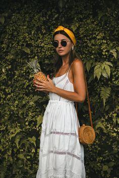 Sommerkleid und kleine Basttasche