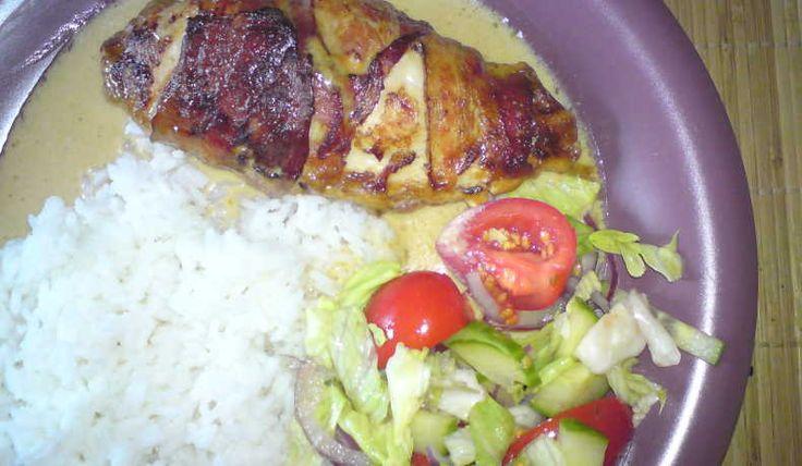 Baconlindad kycklingfilé fylld  med krämig ost, mycket omtyckt bjudmat eller som helgmiddag kanske.