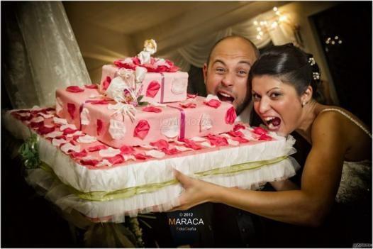 Foto simpatica degli sposi con la #torta nuziale #rosa