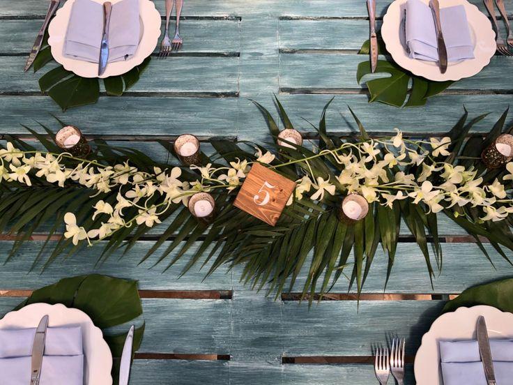 CBC445 wedding Riviera Maya runners centerpieces with tropical and white flowers/ Camino de flores blancas y follaje de centro de mesa