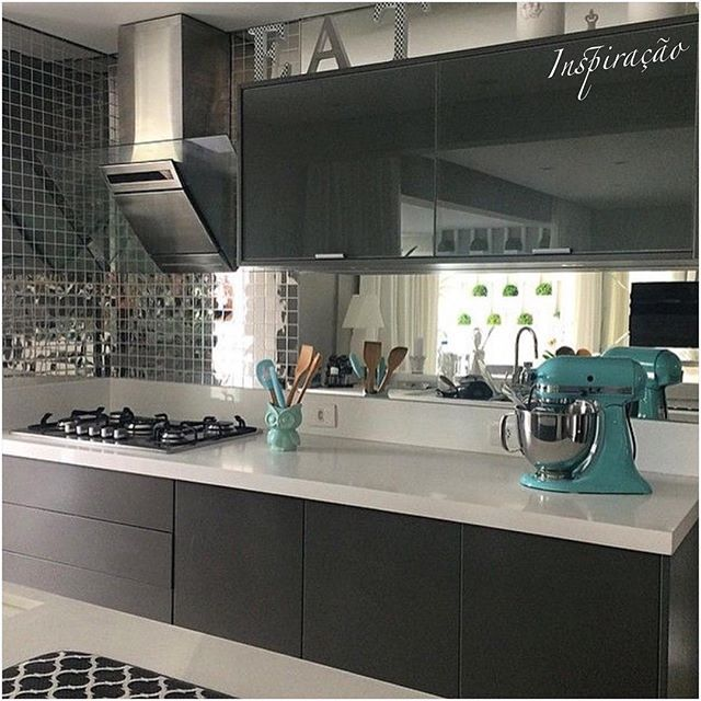 Espelhos até na cozinha! Eu amo! Quem mais?! ❤️ Em outro ângulo. Roxo+cinza+amarelo! amo essa combinação #INSPIRAÇÃO #decor #decoracao #design #detalhes #details #homestyle #style #arquitetura #furniture #architecture #homedesign #instadesign #instahome #instaarch #instadecor #interiores #follow #followme #cool #homedecor #amazing #decorcriative #zontaarqinspira #kitchen #gourmetkitchen #cozinhagourmet #cozinha #espelho