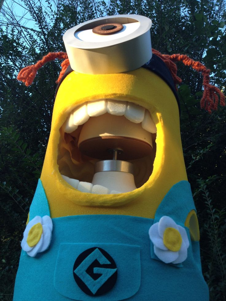 how to make a girl minion costume. Click for tutorial for both boy and girl minions.