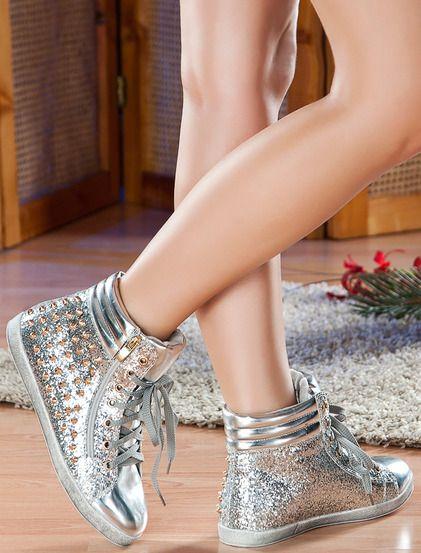 Παπούτσια Κριστέν - Yψηλά πάνινα παπούτσια κατάλληλα για τον αθλητισμό σας. Το μοντέλο έχει μεταλλικά καρφιά. Στο εξωτερικό είναι ένα διακοσμητικό φερμουάρ. 29.99€ #koketa #shoes #fashion