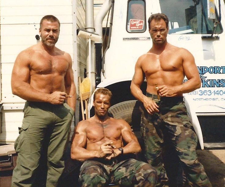 Arnold Schwarzenegger & his stunt doubles Sven-Ole Thorsen (left) & Peter Kent (right) behind the scenes on #Predator (1987).