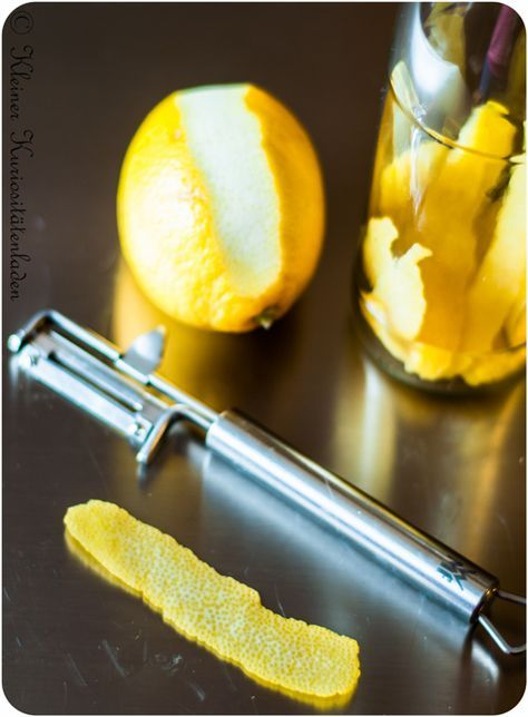 Zitronenöl - angesetzt 05.12.2014: 500ml Sonnenblumenöl + Schale von 2 Zitronen und auch Orangenöl - angesetzt 05.12.2014: 400ml Sonnenblumenöl + Schale von 1 Orange