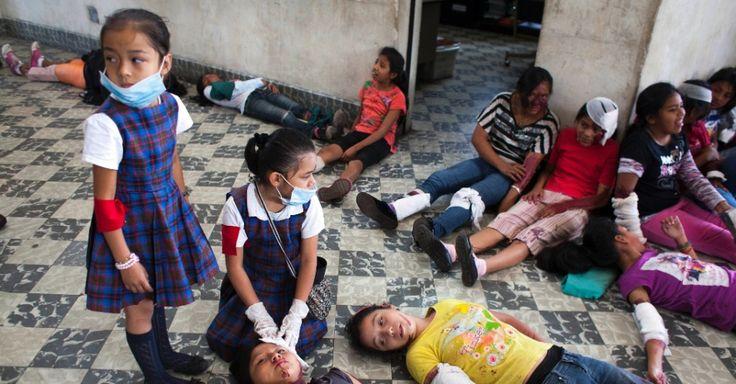 Estudantes da escola Jose Joaquin Palma, na Guatemala, fazem simulação de terremoto. O treinamento foi realizado em 28 escolas primárias na área metropolitana da cidade.  Fotografia: Xinhua / Luis Echeverria.  http://educacao.uol.com.br/album/2014/03/18/educacao-pelo-mundo.htm#fotoNav=44