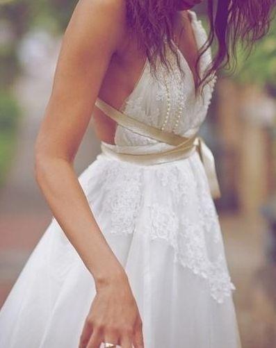 Vestidos de novia hippie-chic al estilo bohemio llenos de detalles bordados